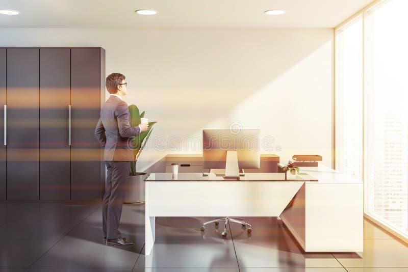 Άτομο στο άσπρο γραφείο διευθυντών στοκ φωτογραφία με δικαίωμα ελεύθερης χρήσης