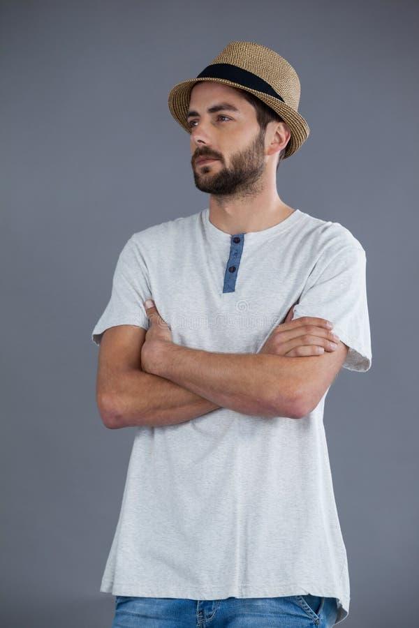 Άτομο στο άσπρο καπέλο μπλουζών και fedora στοκ φωτογραφίες με δικαίωμα ελεύθερης χρήσης