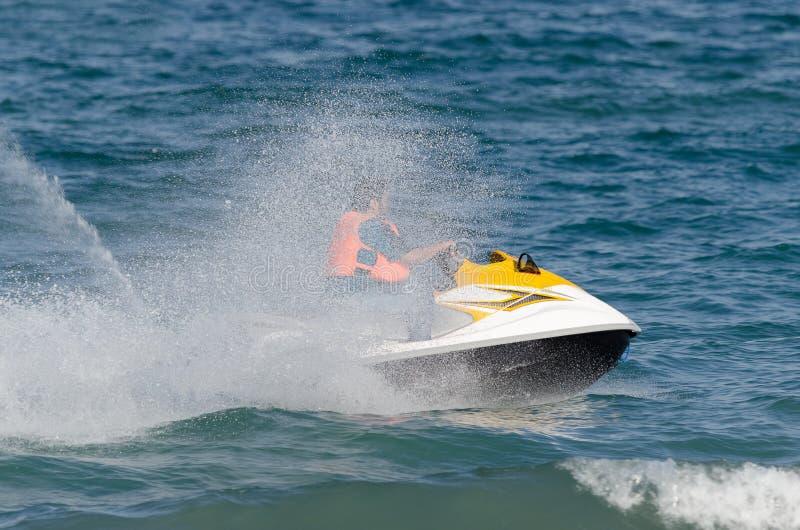 Άτομο στο αεριωθούμενο σκι του στη θάλασσα στοκ εικόνες