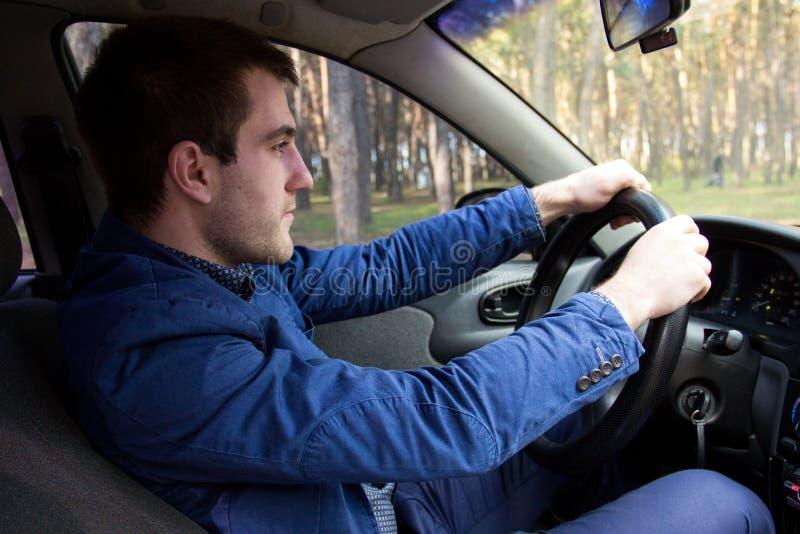 Άτομο στο αυτοκίνητο στοκ φωτογραφία με δικαίωμα ελεύθερης χρήσης