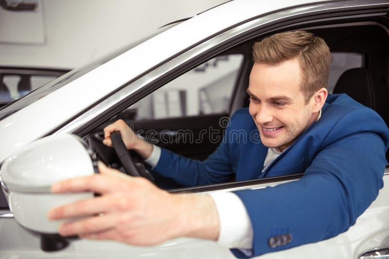 Άτομο στο αυτοκίνητο στοκ φωτογραφίες
