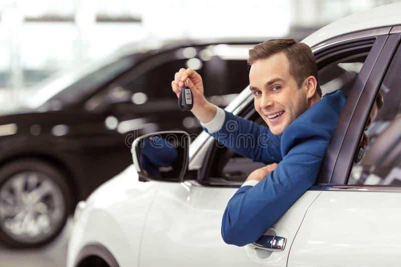 Άτομο στο αυτοκίνητο στοκ εικόνες