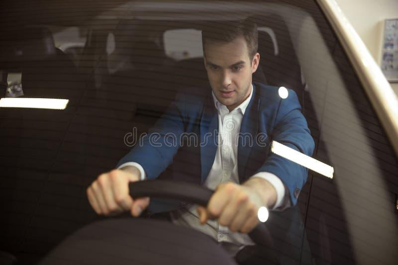Άτομο στο αυτοκίνητο στοκ φωτογραφία