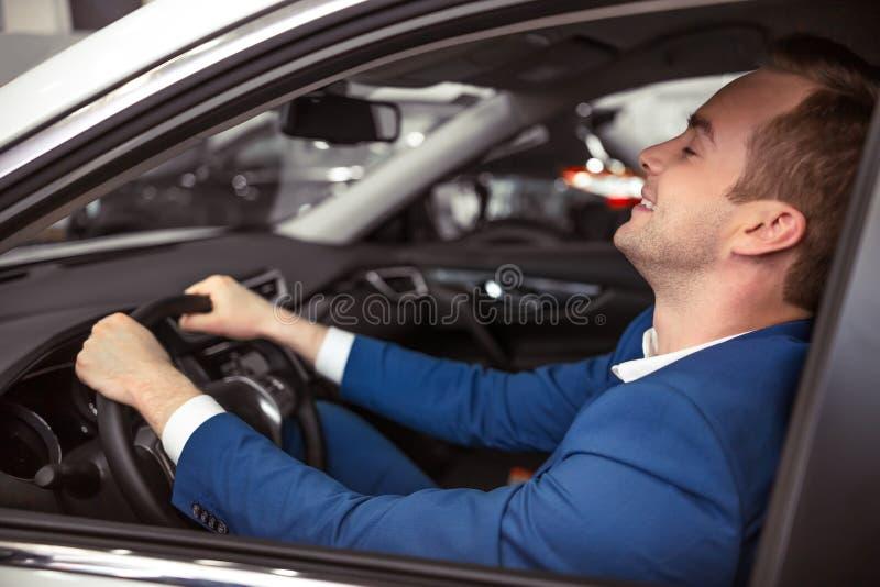 Άτομο στο αυτοκίνητο στοκ εικόνα