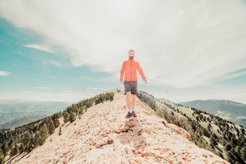 άτομο στο βουνό στοκ φωτογραφίες