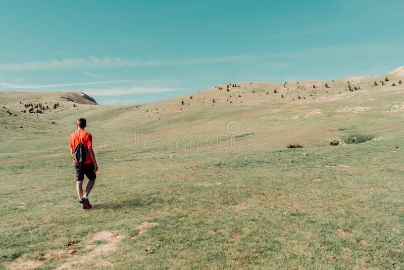 άτομο στο βουνό στοκ φωτογραφία με δικαίωμα ελεύθερης χρήσης
