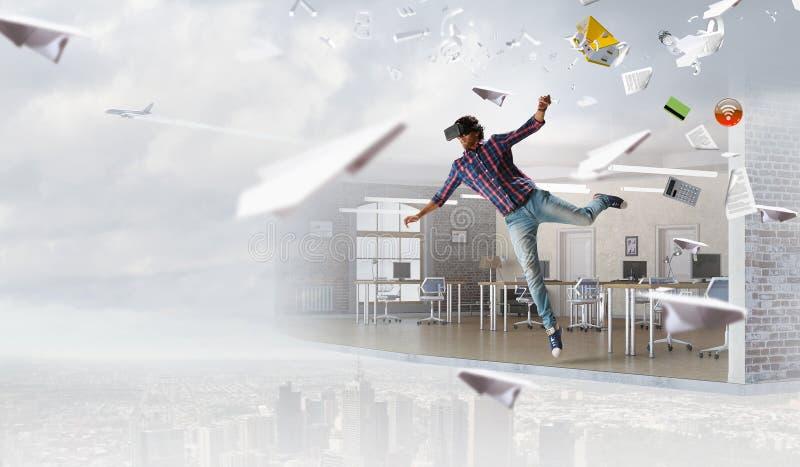 Άτομο στο εικονικό κράνος Μικτά μέσα στοκ εικόνες με δικαίωμα ελεύθερης χρήσης