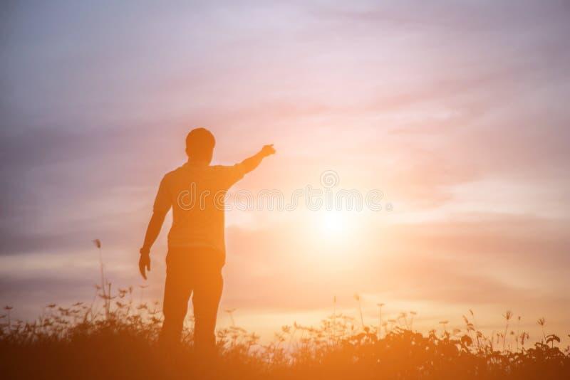 Άτομο στο ηλιοβασίλεμα στοκ φωτογραφίες με δικαίωμα ελεύθερης χρήσης