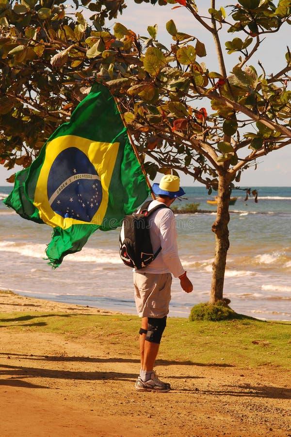 Άτομο στο θρησκευτικό προσκύνημα με τη βραζιλιάνα σημαία στοκ φωτογραφία με δικαίωμα ελεύθερης χρήσης