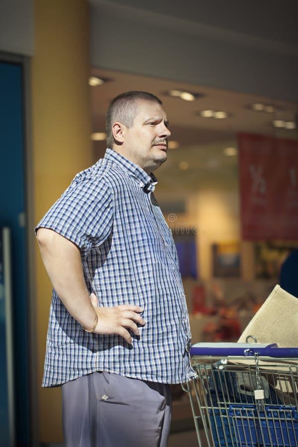 Άτομο στο κατάστημα στοκ φωτογραφία με δικαίωμα ελεύθερης χρήσης