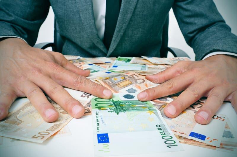 Άτομο στο κοστούμι με τους ευρο- λογαριασμούς στοκ φωτογραφία