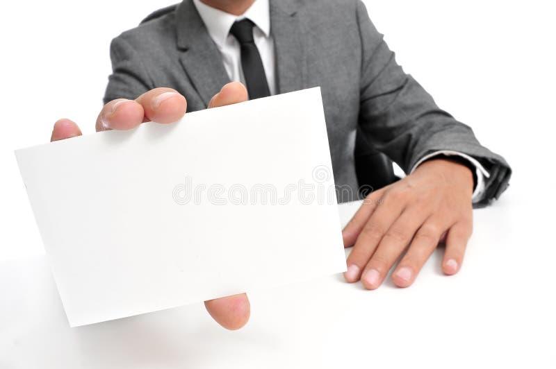 Άτομο στο κοστούμι που παρουσιάζει κενή πινακίδα στοκ εικόνες