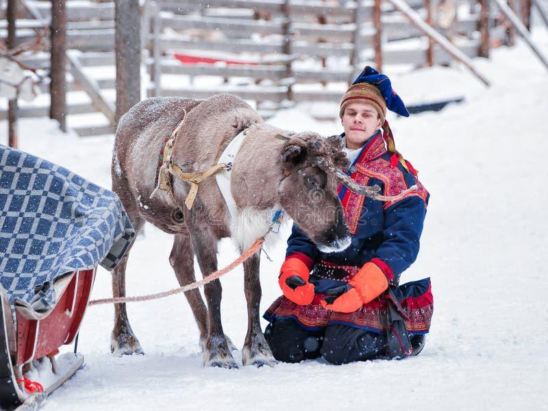 Άτομο στο κοστούμι Saami tradidional και τάρανδος στοκ φωτογραφίες με δικαίωμα ελεύθερης χρήσης