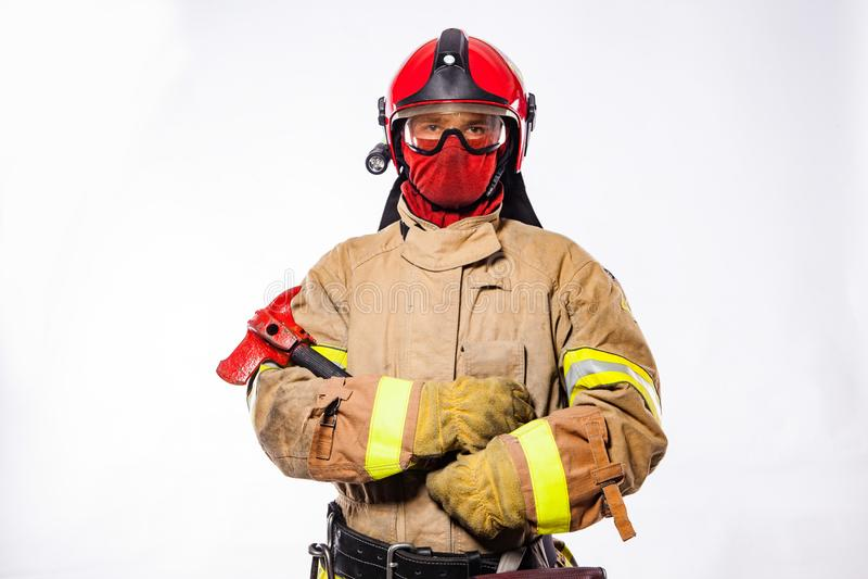 Άτομο στο ομοιόμορφο τσεκούρι πυρκαγιάς εκμετάλλευσης στοκ φωτογραφία