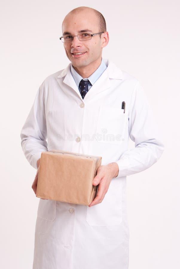 Άτομο στο παλτό εργαστηρίων που κρατά ένα κιβώτιο στοκ εικόνες