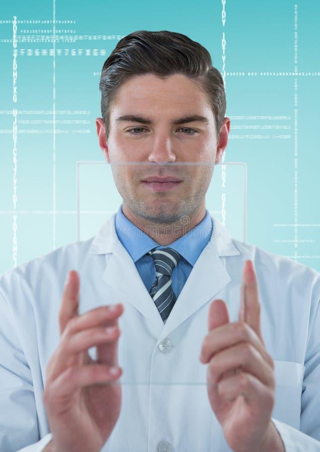 Άτομο στο παλτό εργαστηρίων που κρατά ψηλά τη συσκευή γυαλιού στην άσπρη διεπαφή και το μπλε κλίμα στοκ φωτογραφία