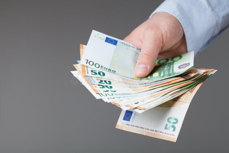 Άτομο στο πουκάμισο που κρατά τα ευρο- χρήματα στα χέρια του Οι τραπεζικές εργασίες, μισθός και δίνουν την έννοια στοκ φωτογραφίες