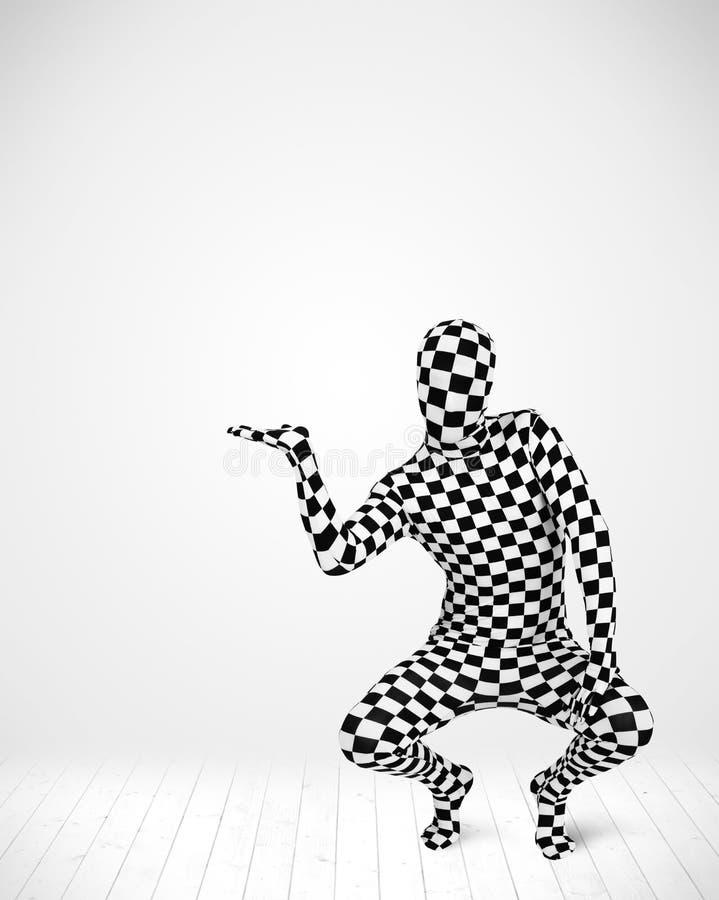 Άτομο στο πλήρες κοστούμι σωμάτων που παρουσιάζει το προϊόν σας στοκ φωτογραφίες