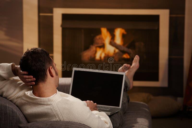 Άτομο στο σπίτι στοκ φωτογραφία