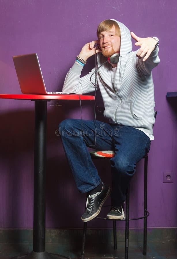 Άτομο στο lap-top στοκ εικόνες