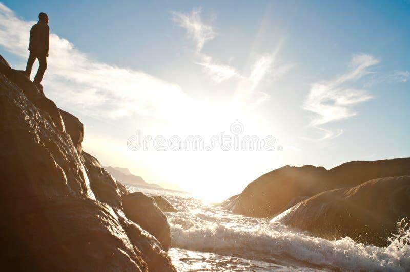 Άτομο στο roock κοντά στη θάλασσα στοκ φωτογραφία με δικαίωμα ελεύθερης χρήσης