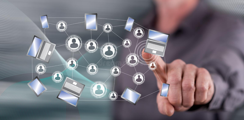 Άτομο σχετικά με μια κοινωνική έννοια σύνδεσης δικτύων στοκ εικόνες με δικαίωμα ελεύθερης χρήσης