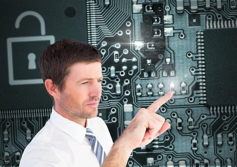 Άτομο σχετικά με την κλειδαριά ασφάλειας πινάκων κυκλωμάτων απεικόνιση αποθεμάτων