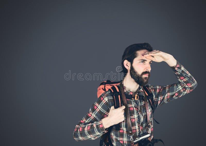 Άτομο ταξιδιωτικών τυχοδιωκτών με το σκοτεινό υπόβαθρο στοκ εικόνες με δικαίωμα ελεύθερης χρήσης