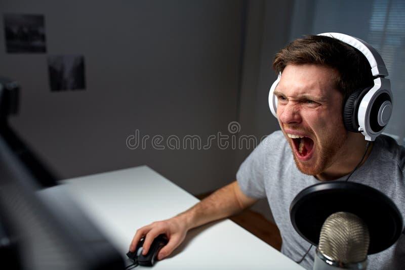 Άτομο τηλεοπτικό παιχνίδι υπολογιστών κασκών στο παίζοντας στο σπίτι στοκ φωτογραφία με δικαίωμα ελεύθερης χρήσης