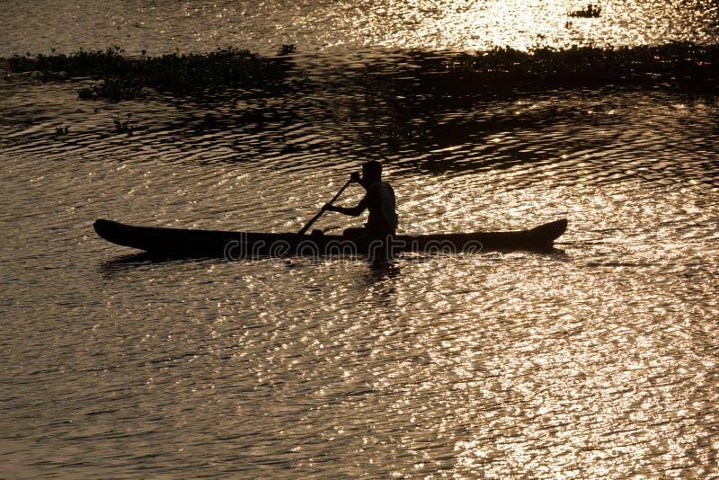 άτομο του Κεράλα κανό τε&lam στοκ εικόνα