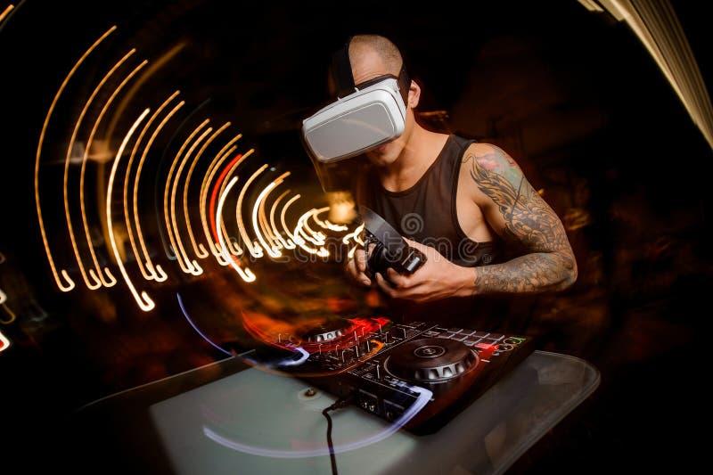 Άτομο του DJ στα γυαλιά της εικονικής πραγματικότητας Η έννοια των μελλοντικών τεχνολογιών στοκ εικόνα με δικαίωμα ελεύθερης χρήσης