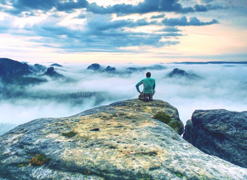 Άτομο φωτογράφων ταξιδιού που παίρνει το βίντεο φύσης της επιφυλακής βουνών στοκ εικόνα με δικαίωμα ελεύθερης χρήσης