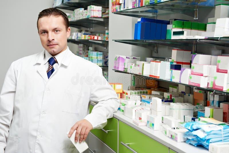 Άτομο χημικών φαρμακείων στο φαρμακείο στοκ εικόνες