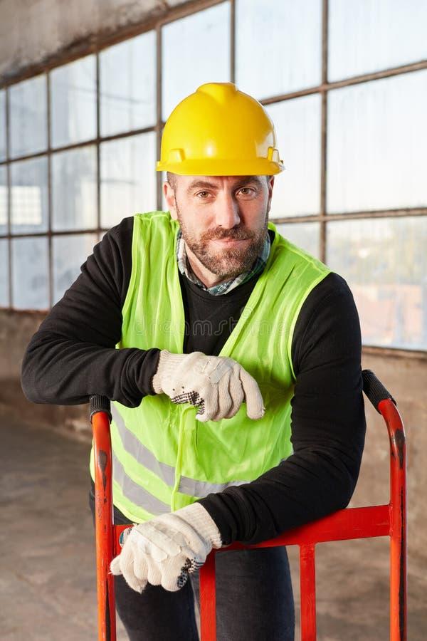 Άτομο ως εργαζόμενο αποθηκών εμπορευμάτων μιας αποστολέα φορτίου στοκ φωτογραφίες με δικαίωμα ελεύθερης χρήσης