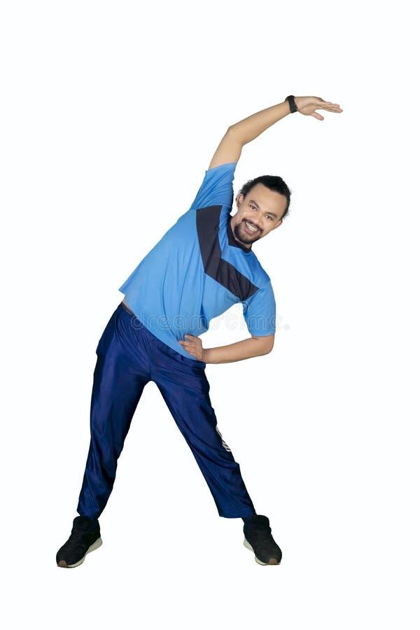 Άτομο Afro που κάνει την προθέρμανση στο στούντιο στοκ φωτογραφία με δικαίωμα ελεύθερης χρήσης