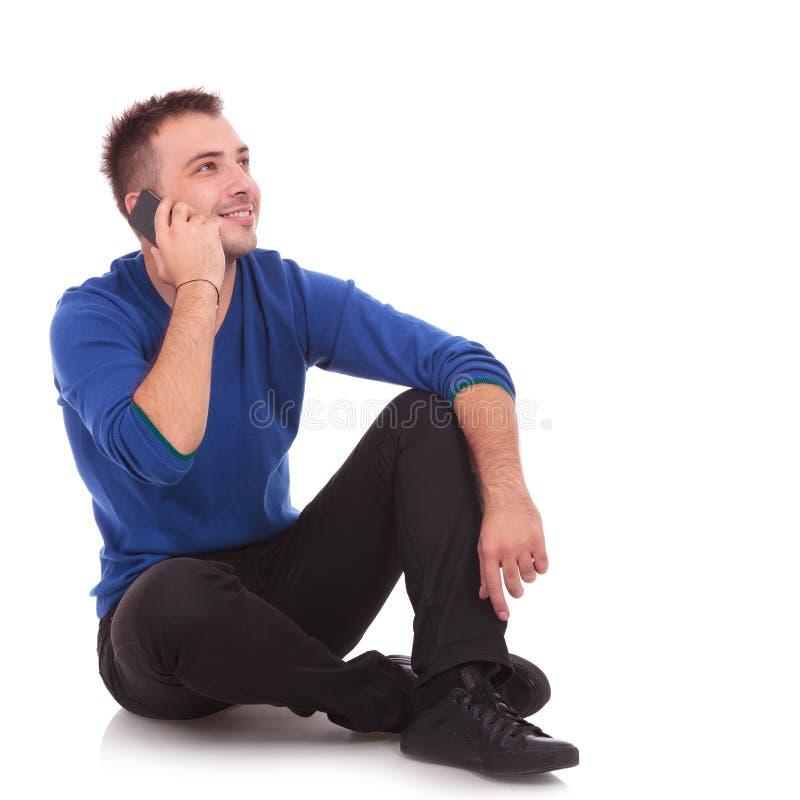 Άτομο Asual που μιλά στο τηλέφωνο στοκ φωτογραφίες