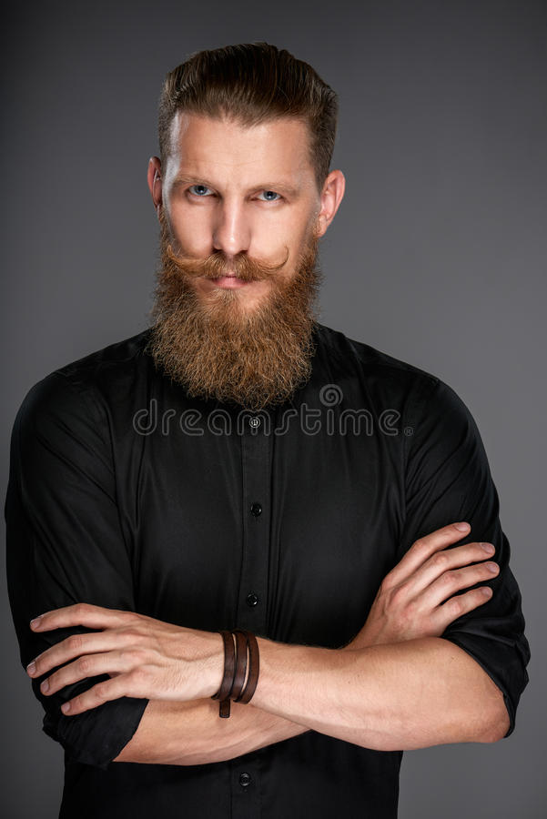 Άτομο Hipster με τα διπλωμένα χέρια στοκ φωτογραφίες
