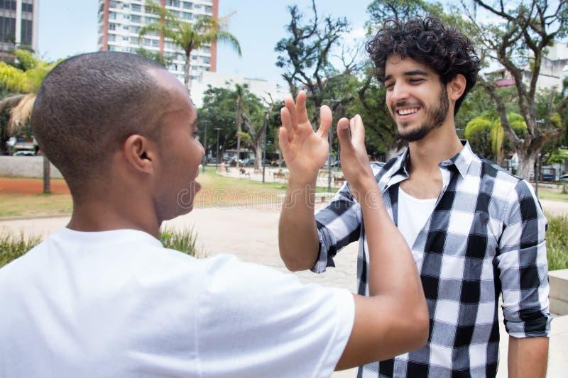Άτομο Hipster που δίνει υψηλά πέντε στο φίλο αφροαμερικάνων στοκ εικόνα με δικαίωμα ελεύθερης χρήσης