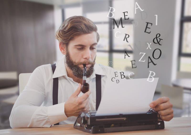 Άτομο Hipster στη γραφομηχανή στο φωτεινό δωμάτιο διαστήματος εργασίας στοκ φωτογραφίες με δικαίωμα ελεύθερης χρήσης