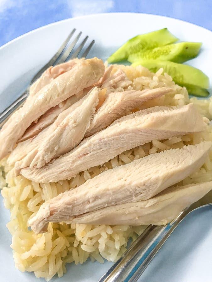Άτομο Kai Khao ή άτομο Kao Gai & x28 Ρύζι κοτόπουλου Hainanese, βρασμένο στον ατμό κοτόπουλο και άσπρο rice& x29  στοκ εικόνες