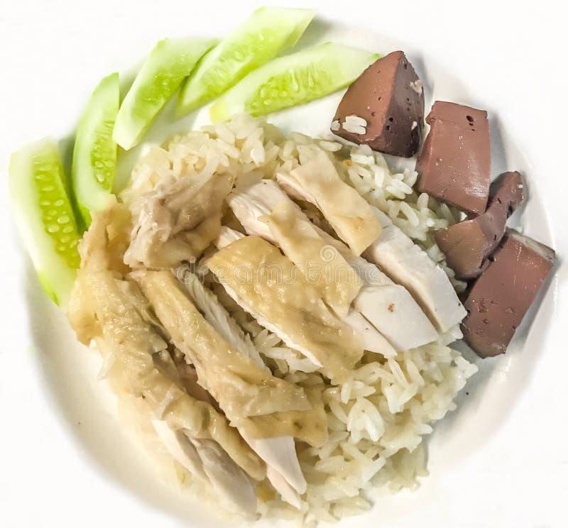 Άτομο Kai Khao ή ρύζι κοτόπουλου της Gai Hainanese ατόμων Kao, βρασμένα στον ατμό κοτόπουλο και άσπρο ρύζι στοκ φωτογραφία με δικαίωμα ελεύθερης χρήσης