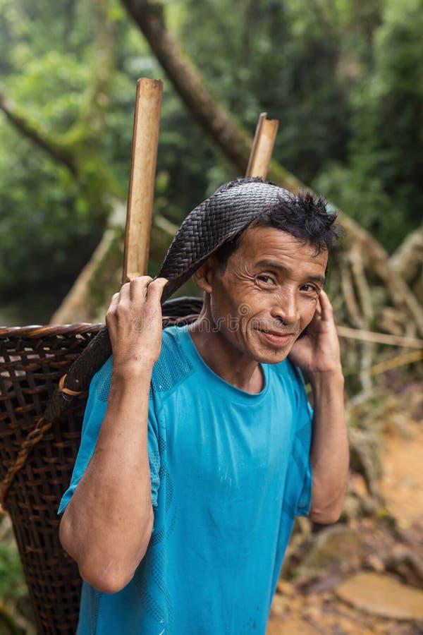 Άτομο Khasi που φέρνει το παραδοσιακό καλάθι μπαμπού στο κράτος Meghalaya, Ινδία στοκ εικόνα με δικαίωμα ελεύθερης χρήσης