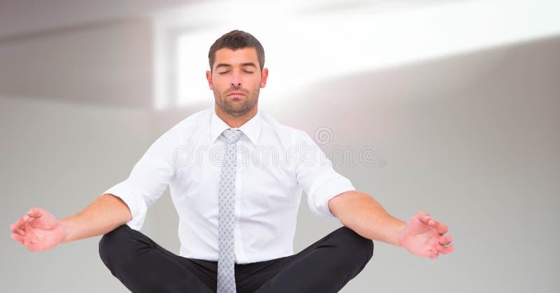Άτομο Meditating ειρηνικό από το φως παραθύρων στοκ φωτογραφίες