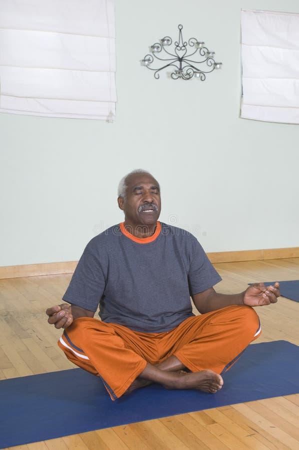 Άτομο Meditating στη θέση Lotus στοκ φωτογραφία με δικαίωμα ελεύθερης χρήσης