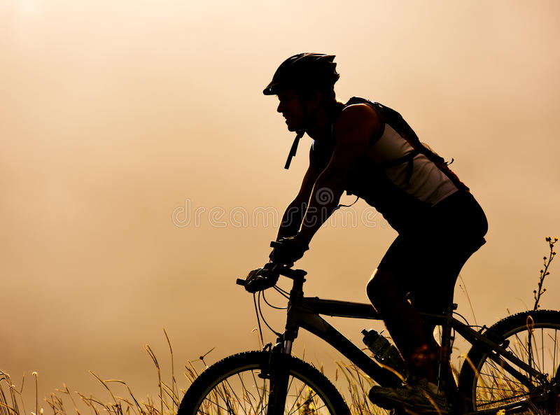 Άτομο Mountainbike υπαίθρια στοκ εικόνες