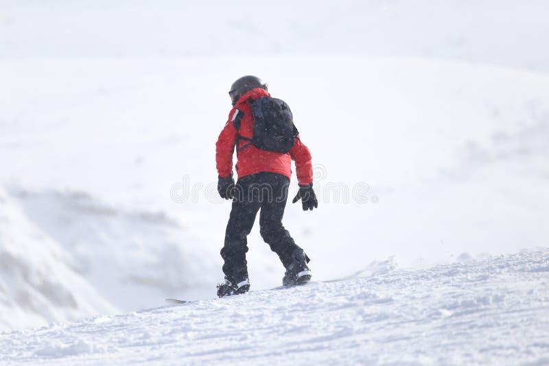 Άτομο Snowboarding ισιωμένος piste - κλίση στοκ φωτογραφίες