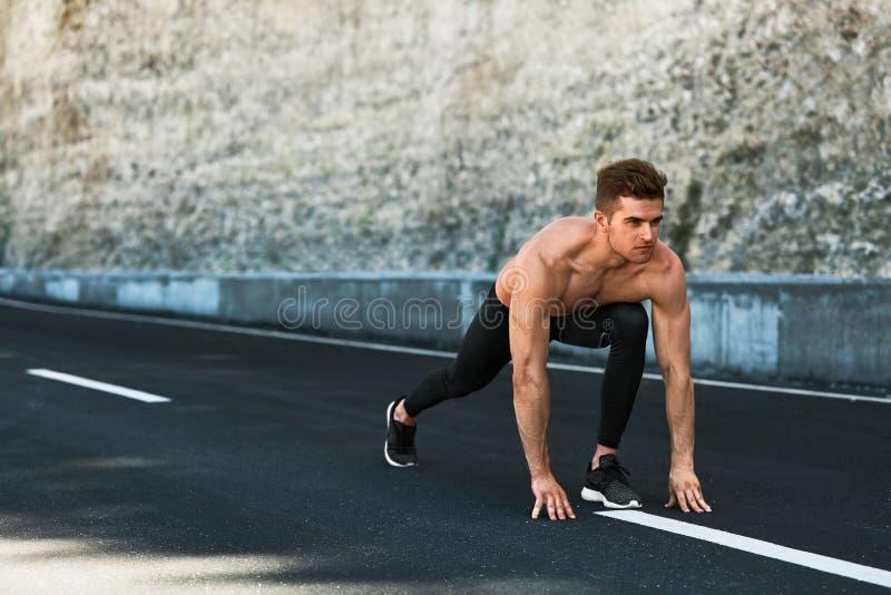 Άτομο Sprinter στην έναρξη, έτοιμη να τρέξει υπαίθρια Τρέχοντας αθλητισμός στοκ φωτογραφίες