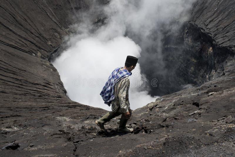 Άτομο Tenggerese που περπατά στην άκρη ενός ενεργού ηφαιστείου στοκ φωτογραφία με δικαίωμα ελεύθερης χρήσης