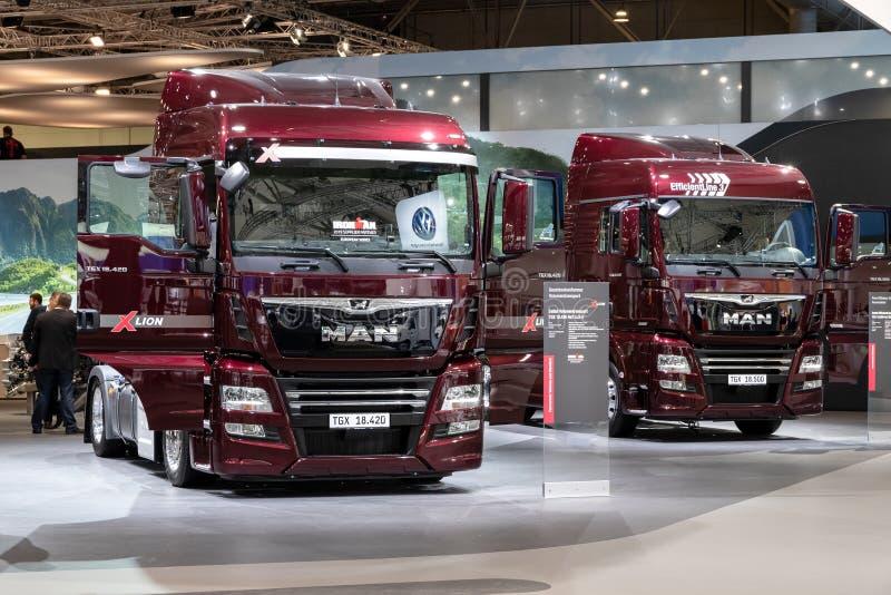 2019 άτομο TGX 18 420 και TGX 18 500 μεγάλης απόστασης φορτηγά τρακτέρ στοκ φωτογραφία με δικαίωμα ελεύθερης χρήσης