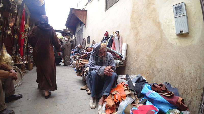 Άτομο Unkown που πωλεί τα τοπικά υφαντικά αγαθά στο παραδοσιακό κατάστημα σε Fes, Μαρόκο στοκ εικόνες